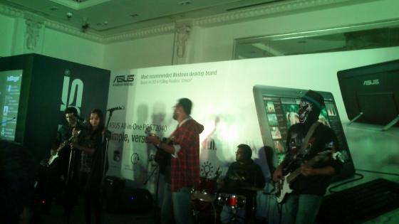 Anoop in guitar, and his lovely Indiblogger management team rocking on the stage.